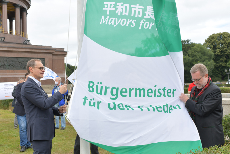 20200708_Mayors_for_Peace_Flaggenhissung_01.jpg