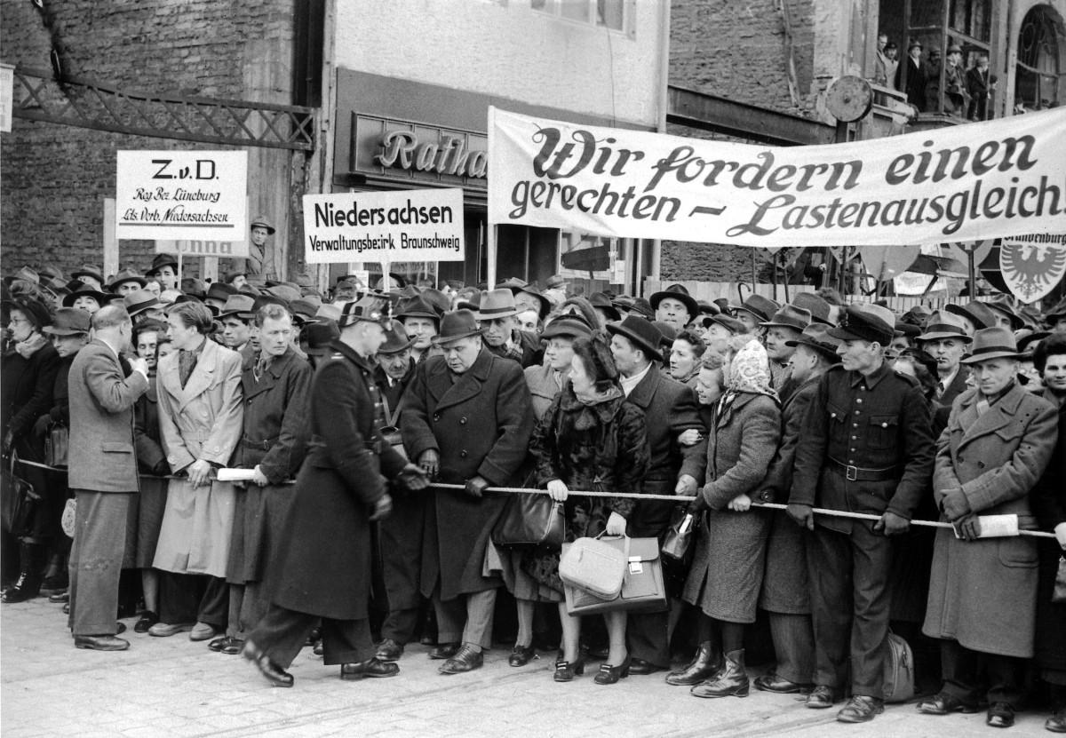 Kundgebung zum Regierungsentwurf zum Lastenausgleich 1951 in Bonn