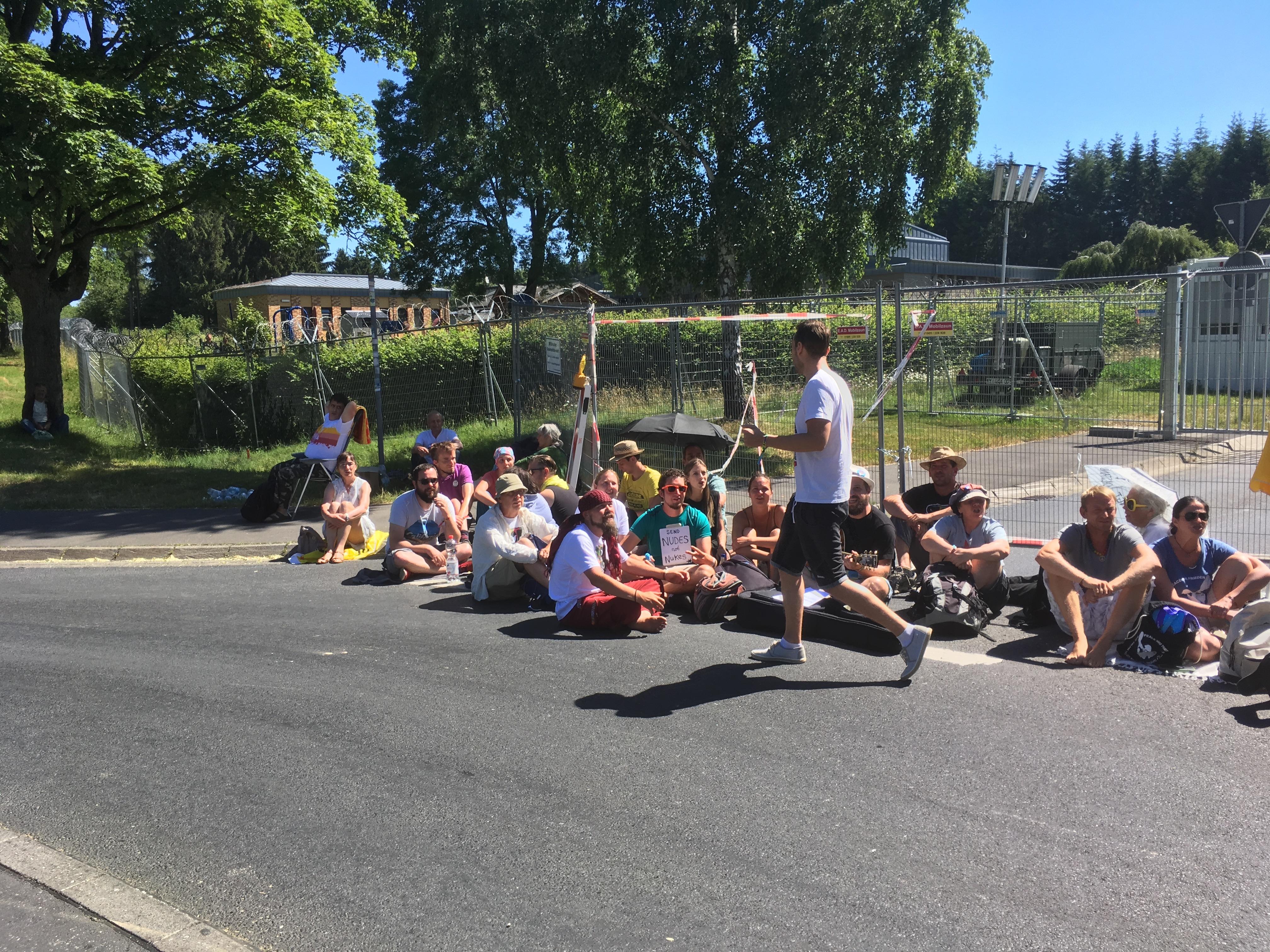 Ramstein_-_Aktivisten_-_Blockade_-_Buechel_-_Haupttor_.jpg